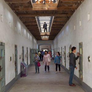 牢屋が並ぶ廊下