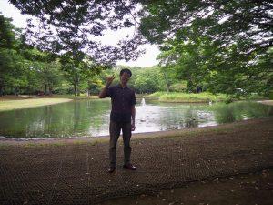 池の前に立つ筆者