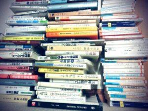 論理系の本が沢山写った写真