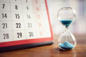 砂時計とカレンダーの写真